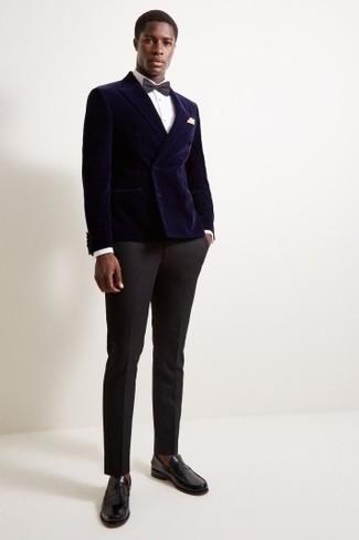 Cómo combinar unos calcetines marrónes: Opta por un blazer cruzado de terciopelo azul marino y unos calcetines marrónes para conseguir una apariencia relajada pero elegante. ¿Te sientes valiente? Opta por un par de mocasín de cuero negro.