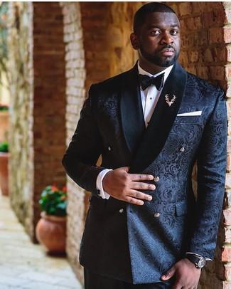 Cómo combinar un blazer de brocado negro: Casa un blazer de brocado negro junto a un pantalón de vestir negro para un perfil clásico y refinado.
