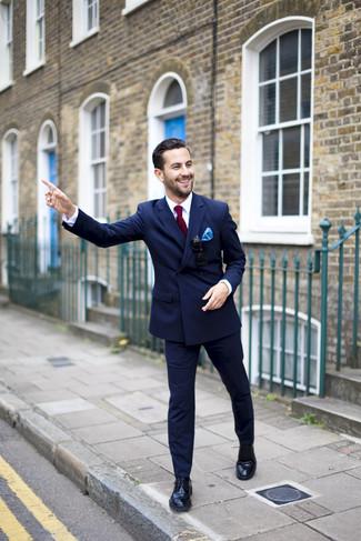 Cómo combinar unos zapatos derby de cuero negros: Intenta ponerse un blazer cruzado azul marino y un pantalón de vestir azul marino para un perfil clásico y refinado. Mezcle diferentes estilos con zapatos derby de cuero negros.