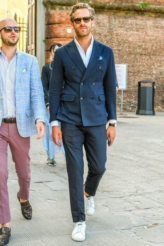 Cómo combinar un pantalón de vestir azul marino: Considera emparejar un blazer cruzado azul marino junto a un pantalón de vestir azul marino para un perfil clásico y refinado. Si no quieres vestir totalmente formal, usa un par de tenis de cuero blancos.