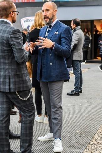 Cómo combinar una corbata de punto en azul marino y blanco: Empareja un blazer cruzado azul marino con una corbata de punto en azul marino y blanco para una apariencia clásica y elegante. ¿Quieres elegir un zapato informal? Complementa tu atuendo con tenis de cuero blancos para el día.