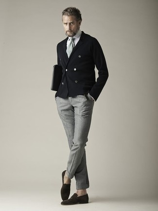 Cómo combinar una corbata de punto gris: Intenta ponerse un blazer cruzado negro y una corbata de punto gris para rebosar clase y sofisticación. Si no quieres vestir totalmente formal, complementa tu atuendo con mocasín de ante en marrón oscuro.