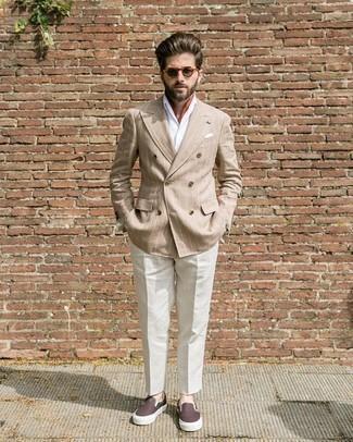 Cómo combinar un blazer cruzado marrón claro: Equípate un blazer cruzado marrón claro con un pantalón de vestir blanco para rebosar clase y sofisticación. Si no quieres vestir totalmente formal, usa un par de zapatillas slip-on de cuero en marrón oscuro.