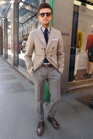 Cómo combinar un blazer cruzado marrón claro: Empareja un blazer cruzado marrón claro con un pantalón de vestir gris para una apariencia clásica y elegante. Si no quieres vestir totalmente formal, opta por un par de zapatos derby de cuero en marrón oscuro.