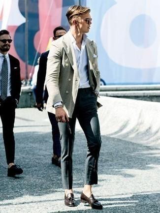 Cómo combinar un mocasín con borlas de cuero marrón: Considera emparejar un blazer cruzado gris junto a un pantalón de vestir en gris oscuro para un perfil clásico y refinado. ¿Te sientes valiente? Completa tu atuendo con mocasín con borlas de cuero marrón.
