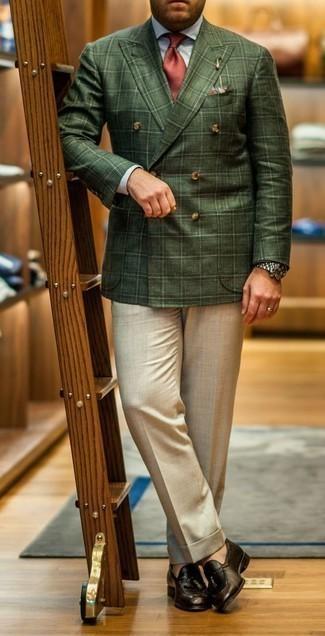 Cómo combinar un mocasín con borlas de cuero marrón: Empareja un blazer cruzado de tartán verde oscuro junto a un pantalón de vestir en beige para una apariencia clásica y elegante. Mocasín con borlas de cuero marrón añaden un toque de personalidad al look.
