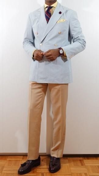 Cómo combinar un pañuelo de bolsillo amarillo: Equípate un blazer cruzado de rayas verticales celeste con un pañuelo de bolsillo amarillo transmitirán una vibra libre y relajada. Con el calzado, sé más clásico y complementa tu atuendo con mocasín con borlas de cuero morado oscuro.