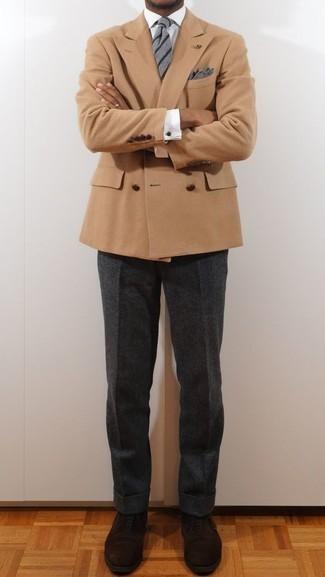 Cómo combinar una corbata de rayas horizontales gris: Empareja un blazer cruzado marrón claro junto a una corbata de rayas horizontales gris para un perfil clásico y refinado. Zapatos oxford de ante en marrón oscuro son una opción perfecta para completar este atuendo.