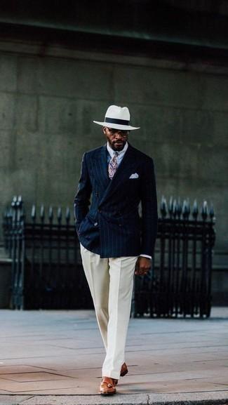 Cómo combinar un blazer cruzado de rayas verticales azul: Empareja un blazer cruzado de rayas verticales azul con un pantalón de vestir en beige para un perfil clásico y refinado. ¿Quieres elegir un zapato informal? Elige un par de mocasín con borlas de cuero en tabaco para el día.
