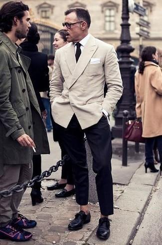 Cómo combinar unos zapatos con hebilla de cuero negros: Utiliza un blazer cruzado en beige y un pantalón de vestir negro para un perfil clásico y refinado. Si no quieres vestir totalmente formal, completa tu atuendo con zapatos con hebilla de cuero negros.