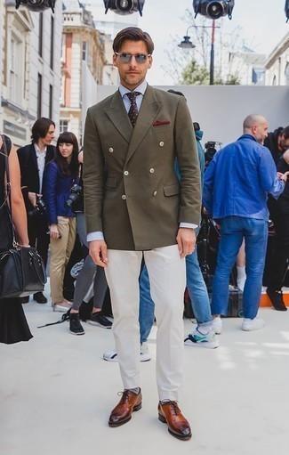 Cómo combinar una corbata a lunares en marrón oscuro: Intenta ponerse un blazer cruzado verde oliva y una corbata a lunares en marrón oscuro para una apariencia clásica y elegante. Zapatos oxford de cuero en tabaco son una opción inmejorable para complementar tu atuendo.