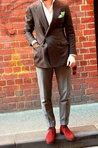 Cómo combinar unas botas: Intenta ponerse un blazer cruzado en marrón oscuro y un pantalón de vestir gris para una apariencia clásica y elegante. ¿Quieres elegir un zapato informal? Haz botas tu calzado para el día.