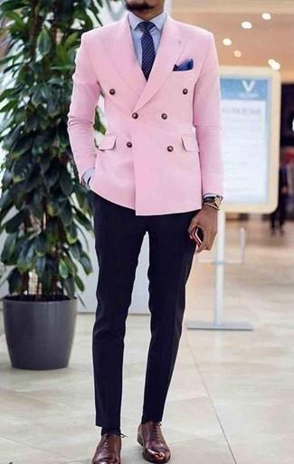 Cómo combinar un pantalón de vestir azul marino: Opta por un blazer cruzado rosado y un pantalón de vestir azul marino para rebosar clase y sofisticación. Zapatos oxford de cuero burdeos añaden un toque de personalidad al look.
