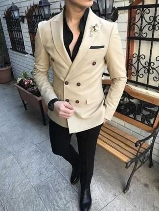 Cómo combinar unas botas: Ponte un blazer cruzado en beige y un pantalón de vestir negro para un perfil clásico y refinado. Haz este look más informal con botas.