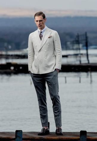 Cómo combinar un pantalón de vestir en gris oscuro: Considera emparejar un blazer cruzado en beige con un pantalón de vestir en gris oscuro para rebosar clase y sofisticación. Si no quieres vestir totalmente formal, completa tu atuendo con mocasín de cuero morado oscuro.