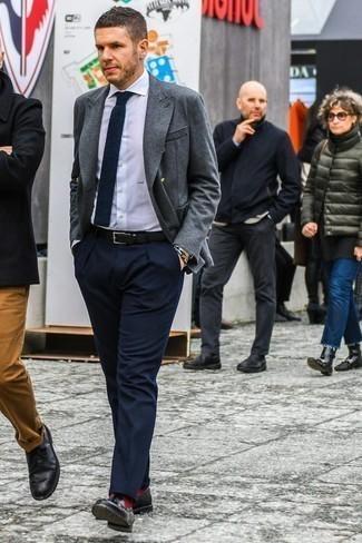 Cómo combinar un blazer cruzado con un mocasín con borlas: Emparejar un blazer cruzado junto a un pantalón de vestir azul marino es una opción buena para una apariencia clásica y refinada. Si no quieres vestir totalmente formal, elige un par de mocasín con borlas.