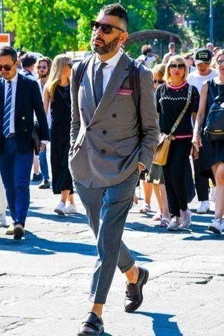 Cómo combinar una camisa de vestir con un pantalón de vestir: Casa una camisa de vestir con un pantalón de vestir para rebosar clase y sofisticación. Haz este look más informal con zapatos con doble hebilla de cuero en marrón oscuro.