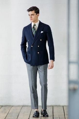 Cómo combinar una corbata de rayas horizontales verde oscuro: Intenta combinar un blazer cruzado azul marino junto a una corbata de rayas horizontales verde oscuro para un perfil clásico y refinado. ¿Te sientes valiente? Completa tu atuendo con mocasín de cuero negro.
