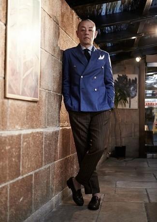 Cómo combinar un blazer cruzado azul: Emparejar un blazer cruzado azul con un pantalón de vestir de rayas verticales marrón es una opción buena para una apariencia clásica y refinada. ¿Quieres elegir un zapato informal? Opta por un par de mocasín de cuero en marrón oscuro para el día.