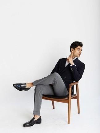 Cómo combinar un pañuelo de bolsillo blanco: Elige un blazer cruzado negro y un pañuelo de bolsillo blanco para conseguir una apariencia relajada pero elegante. Con el calzado, sé más clásico y elige un par de mocasín de cuero negro.