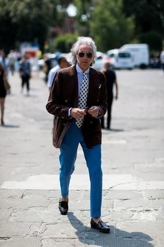 Cómo combinar un pantalón de vestir azul: Empareja un blazer cruzado en marrón oscuro junto a un pantalón de vestir azul para rebosar clase y sofisticación. Si no quieres vestir totalmente formal, haz zapatos con doble hebilla de cuero negros tu calzado.