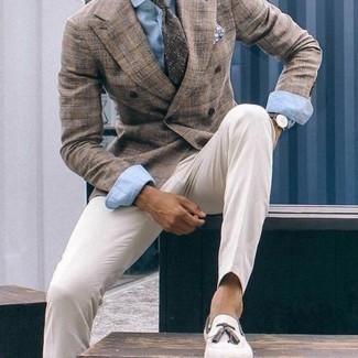 Cómo combinar un pañuelo de bolsillo estampado en azul marino y blanco: Casa un blazer cruzado marrón con un pañuelo de bolsillo estampado en azul marino y blanco para cualquier sorpresa que haya en el día. Elige un par de mocasín con borlas de ante en beige para mostrar tu inteligencia sartorial.