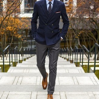Cómo combinar un pantalón de vestir gris: Opta por un blazer cruzado de rayas verticales azul marino y un pantalón de vestir gris para una apariencia clásica y elegante. Zapatos oxford de cuero en tabaco son una opción muy buena para complementar tu atuendo.