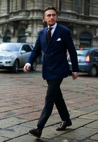 Cómo combinar un blazer cruzado azul marino: Intenta ponerse un blazer cruzado azul marino y un pantalón de vestir negro para un perfil clásico y refinado. Zapatos con doble hebilla de cuero en marrón oscuro contrastarán muy bien con el resto del conjunto.