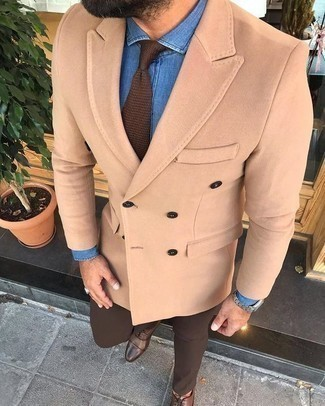Cómo combinar una camisa de vestir de cambray azul: Intenta combinar una camisa de vestir de cambray azul junto a un pantalón de vestir marrón para una apariencia clásica y elegante. Zapatos oxford de cuero marrónes son una opción estupenda para completar este atuendo.