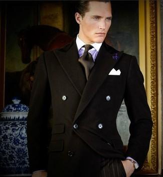 Cómo combinar: blazer cruzado negro, camisa de vestir de rayas verticales en violeta, pantalón de vestir de rayas verticales negro, corbata de seda negra