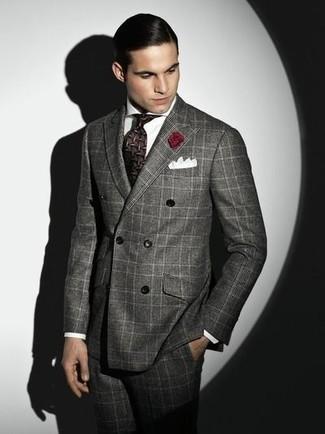 Cómo combinar: blazer cruzado gris, camisa de vestir blanca, pantalón de vestir gris, corbata en marrón oscuro