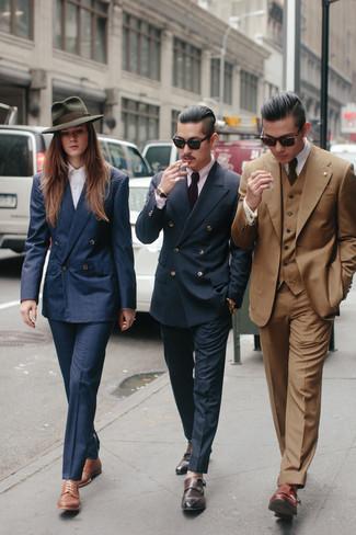 Cómo combinar: blazer cruzado de tartán azul marino, camisa de vestir en violeta, pantalón de vestir azul marino, zapatos con doble hebilla de cuero marrónes