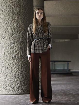 Cómo combinar: blazer cruzado a cuadros en marrón oscuro, camisa de vestir blanca, pantalones anchos marrónes, botines de cuero marrónes
