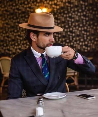 Cómo combinar: blazer cruzado a cuadros negro, camisa de vestir rosa, sombrero de lana marrón claro, corbata de rayas verticales en azul marino y verde