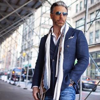 Cómo combinar: blazer cruzado de algodón azul marino, camisa de vestir blanca, vaqueros azules, bufanda en beige