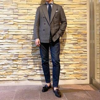 Cómo combinar: blazer cruzado en marrón oscuro, camisa de vestir de rayas verticales en blanco y azul, vaqueros azul marino, mocasín con borlas de cuero negro