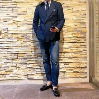 Cómo combinar: blazer cruzado azul marino, camisa de vestir blanca, vaqueros azul marino, mocasín con borlas de cuero negro