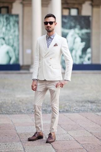 Outfits hombres en clima cálido: Ponte un blazer cruzado blanco y unos vaqueros en beige para las 8 horas. Zapatos derby de cuero burdeos añaden la elegancia necesaria ya que, de otra forma, es un look simple.