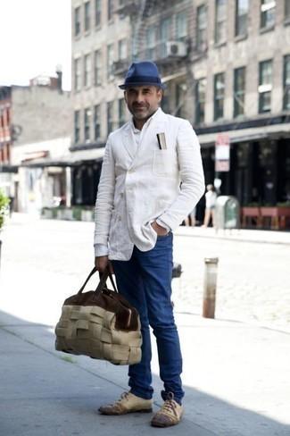 Moda para hombres de 40 años: Empareja un blazer cruzado blanco con unos vaqueros azules para crear un estilo informal elegante. ¿Te sientes valiente? Elige un par de zapatos oxford de cuero en beige.