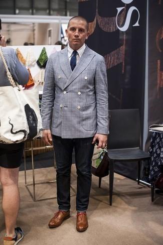 Moda para hombres de 40 años: Considera emparejar un blazer cruzado celeste junto a unos vaqueros en gris oscuro para el after office. Con el calzado, sé más clásico y usa un par de zapatos oxford de cuero marrón claro.