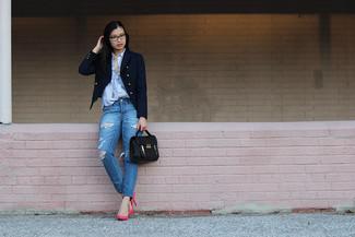 Cómo combinar: blazer cruzado azul marino, camisa de vestir de rayas verticales celeste, vaqueros desgastados azules, zapatos de tacón de cuero rosa