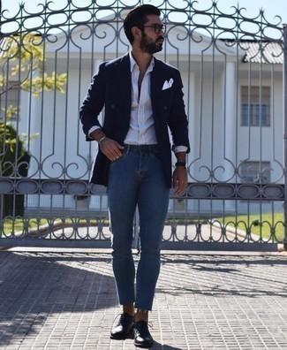 Cómo combinar unos vaqueros pitillo azules: Utiliza un blazer cruzado azul marino y unos vaqueros pitillo azules para el after office. ¿Te sientes ingenioso? Dale el toque final a tu atuendo con zapatos oxford de cuero negros.