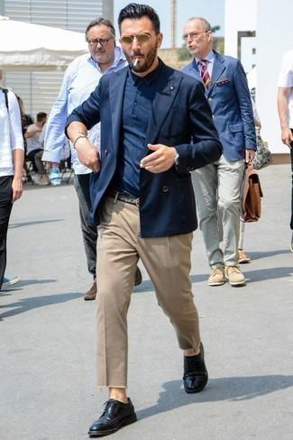 Cómo combinar un blazer cruzado azul marino: Empareja un blazer cruzado azul marino con un pantalón chino marrón claro para lograr un look de vestir pero no muy formal. Zapatos brogue de cuero negros son una opción inmejorable para completar este atuendo.