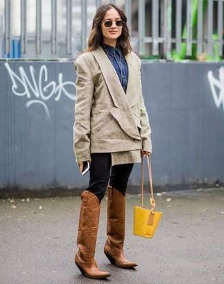 Cómo combinar: blazer cruzado en beige, camisa vaquera azul marino, pantalones pitillo negros, botas camperas de cuero marrónes