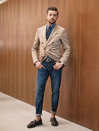 Cómo combinar: blazer cruzado marrón claro, camisa vaquera azul, vaqueros azul marino, mocasín con borlas de cuero en marrón oscuro