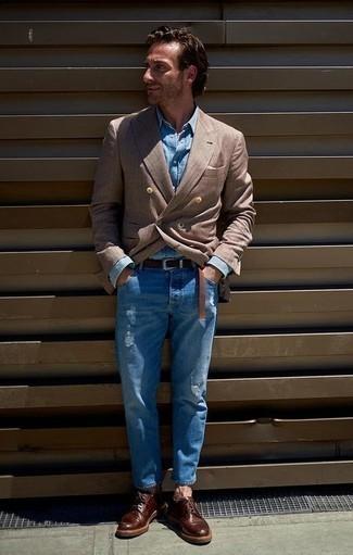 Moda para hombres de 40 años en clima cálido: Para un atuendo que esté lleno de caracter y personalidad casa un blazer cruzado marrón con unos vaqueros desgastados azules. ¿Te sientes valiente? Usa un par de zapatos derby de cuero burdeos.