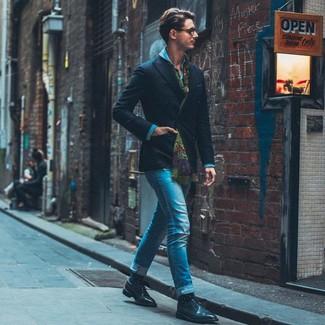 Cómo combinar: blazer cruzado negro, camisa vaquera azul, vaqueros pitillo azules, zapatos derby de cuero negros
