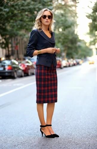 Cómo combinar: blazer cruzado azul marino, camiseta con cuello circular negra, falda lápiz de tartán en azul marino y rojo, zapatos de tacón de ante negros
