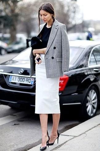 Cómo combinar: blazer cruzado de tartán gris, camiseta con cuello circular negra, falda lápiz blanca, zapatos de tacón de cuero negros