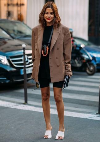 Cómo combinar: blazer cruzado marrón, camiseta con cuello circular negra, mallas ciclistas negras, chinelas de cuero blancas